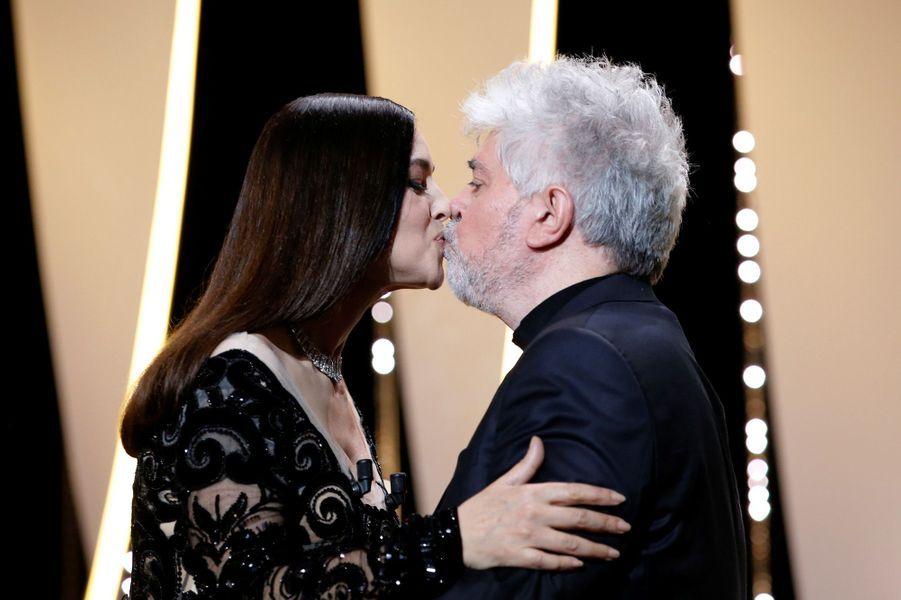 Monica Bellucci embrasse Pedro Almodovar