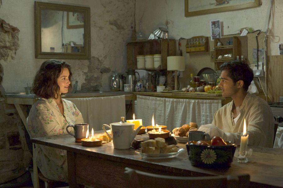 Charlotte Le Bon et Manish Dayal dans une scène du film «Les recettes du bonheur».