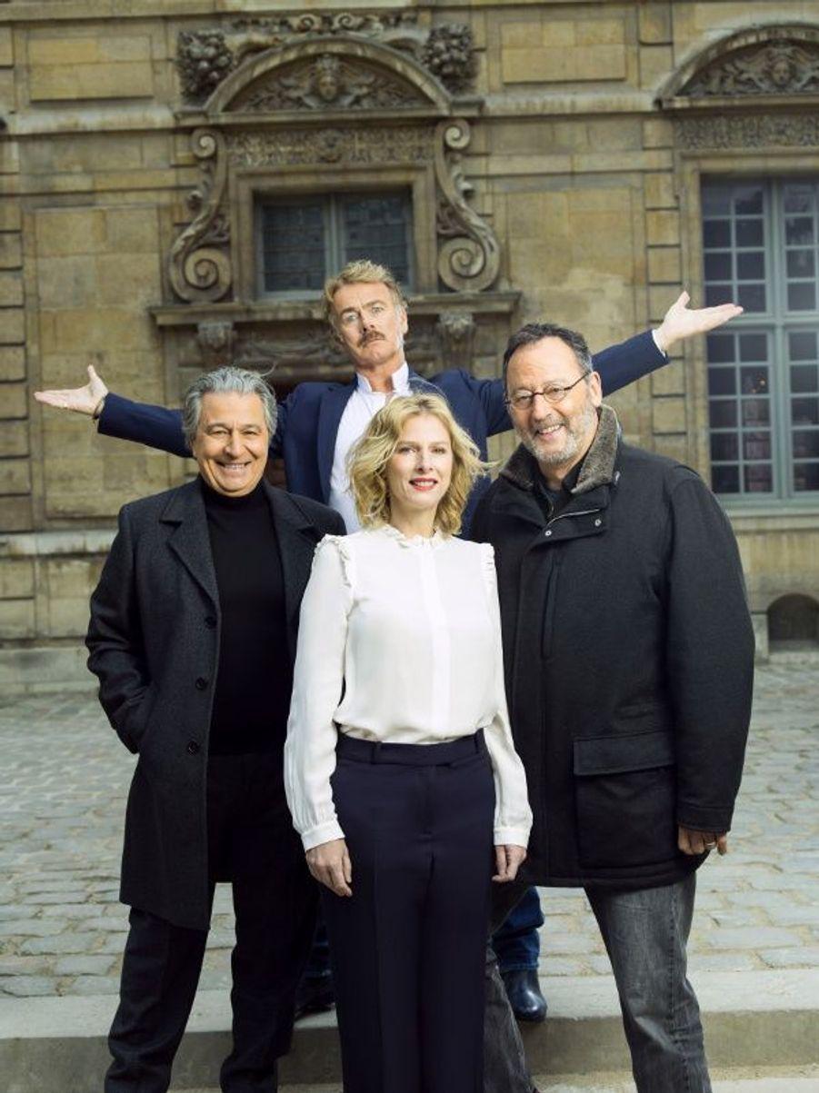 De gauche à droite : Christian Clavier, Karin Viard, Franck Dubosc et Jean Reno dans la cour de l'Hotel de Sully.