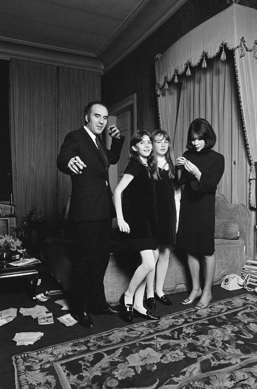 Michel Piccoli et sa femme Juliette Gréco, en décembre 1966. Ils posent avec leurs filles Anne-Cordélia (la fille de Michel Piccoli) et Laurence (celle de Juliette Gréco).