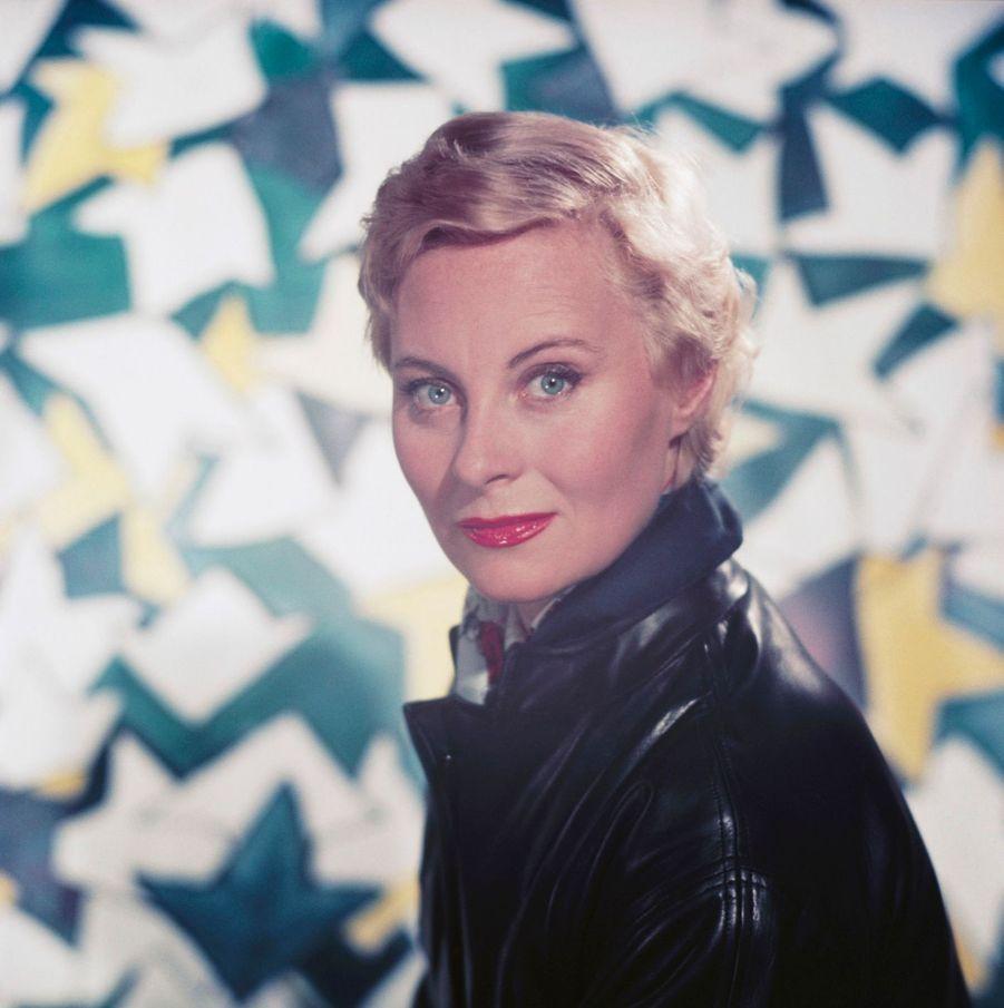 Michèle Morgan, en veste de cuir noir.