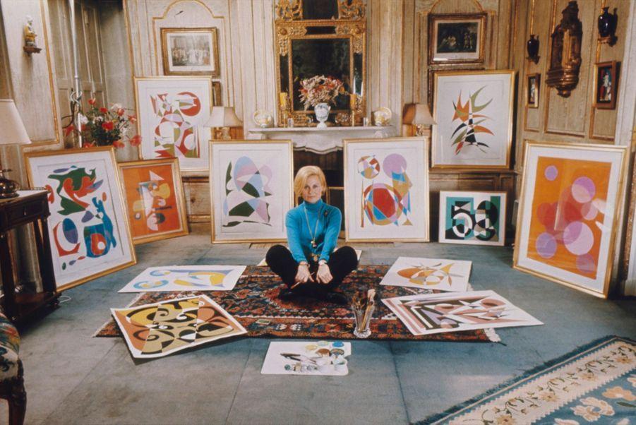 Michèle Morgan, peintre. Ici parmi ses tableaux qui seront exposés par Dina Vierny.