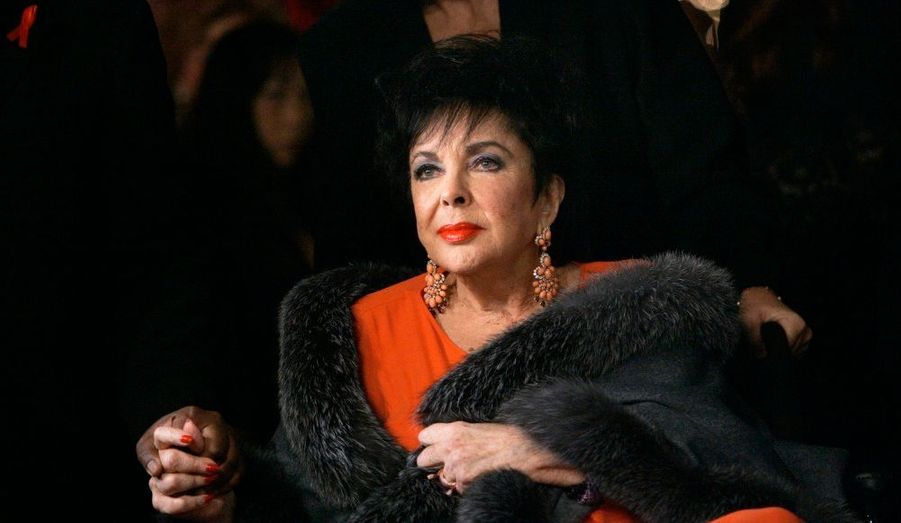 """Le combat d'une grande dame du cinéma. L'actrice Elizabeth Taylor, âgée de 77 ans, a annoncé mardi qu'elle allait être hospitalisée pour une opération du coeur, et a demandé que l'on prie pour elle. L'actrice précise que le but de l'opération est de lui poser un appareil destiné à compenser une insuffisance cardiaque, et qu'il ne s'agira pas d'une opération à coeur ouvert. Immortelle Cléopatre, elle a été très affectée par la mort de son ami Michael Jackson. Faible physiquement, l'actrice américaine avait confié au National Enquire Magazine son souhait d'être enterrée aux côtés du roi de la Pop, au cimetière de Forest Lawn, à Los Angeles. Le jour de l'enterrement de Michael, elle avait notamment déclaré :""""Ma vie est tellement vide désormais. Personne ne peut imaginer à quel point nous nous aimions."""" ParisMatch.com reviendra mercredi matin sur le combat livré par l'une des icônes d'Hollywood."""
