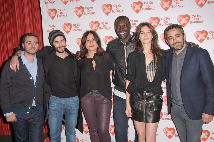 Tahar Rahim, Izia Higelin, Omar Sy, Charlotte Gainsbourg accompagnés des réalisateurs Eric Toledano et Olivier Nakache à Paris le 14 octobre 2014