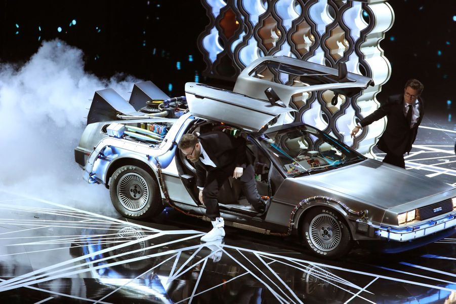 """Michael J. Fox arrive dans la DeLorean de """"Retour vers le futur"""""""