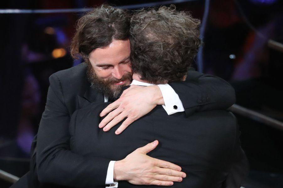 """Casey Affleck dans les bras de Kenneth Lonergan, le réalisateur de """"Manchester by the Sea"""", Oscar du meilleur scénario"""
