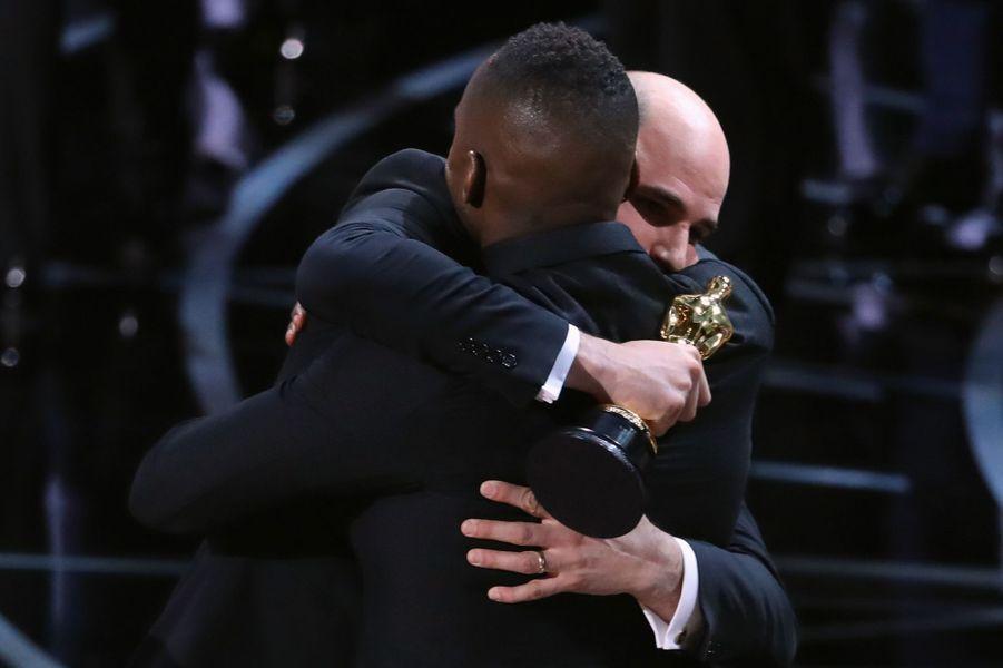 """Un producteur de """"La La Land"""" tombe dans les bras d'un producteur de """"Moonlight"""" incrédule."""
