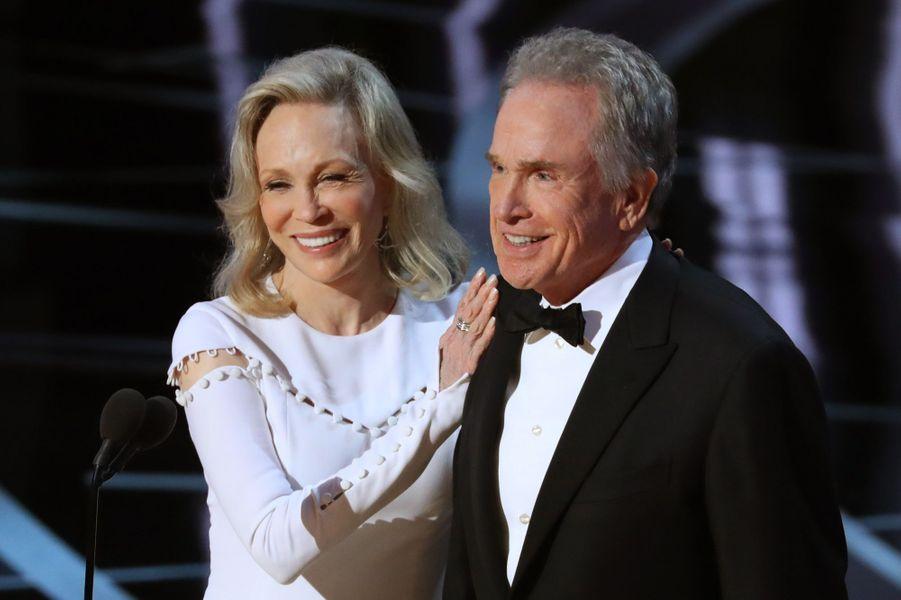 Faye Dunaway et Warren Beatty prêts à remettre l'Oscar du meilleur film