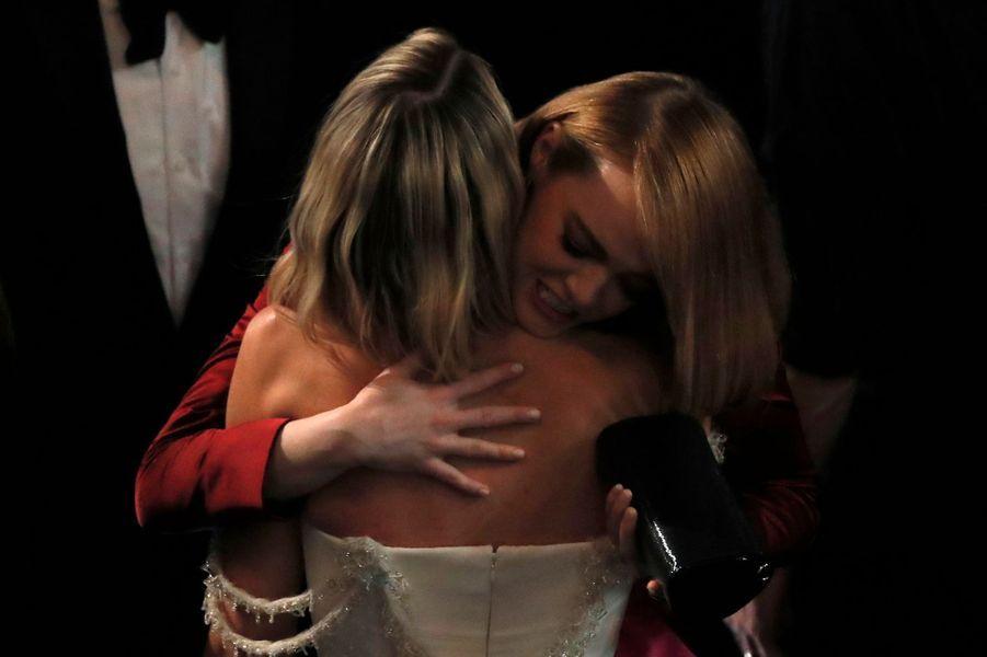 Emma Stone dans les bras de Margot Robbie