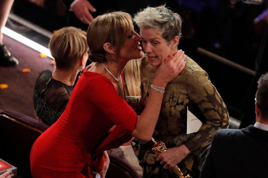 AllisonJeanney, Oscar du meilleur second rôle, félicite Frances McDormand, Oscar de la meilleure actrice.