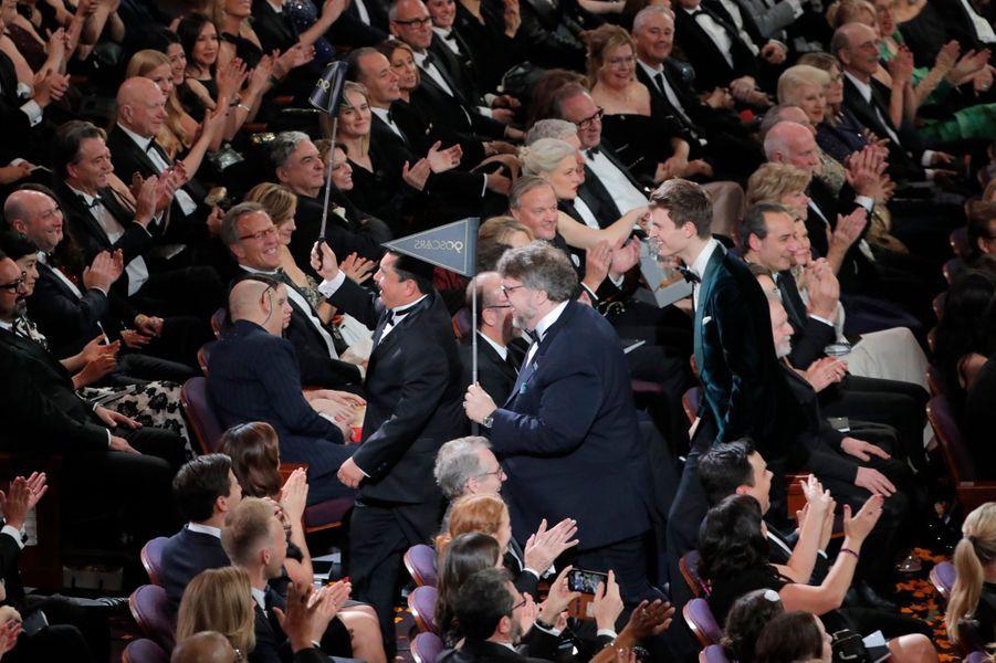 Les stars se rendent à la salle de cinéma avoisinante pour surprendre le public.