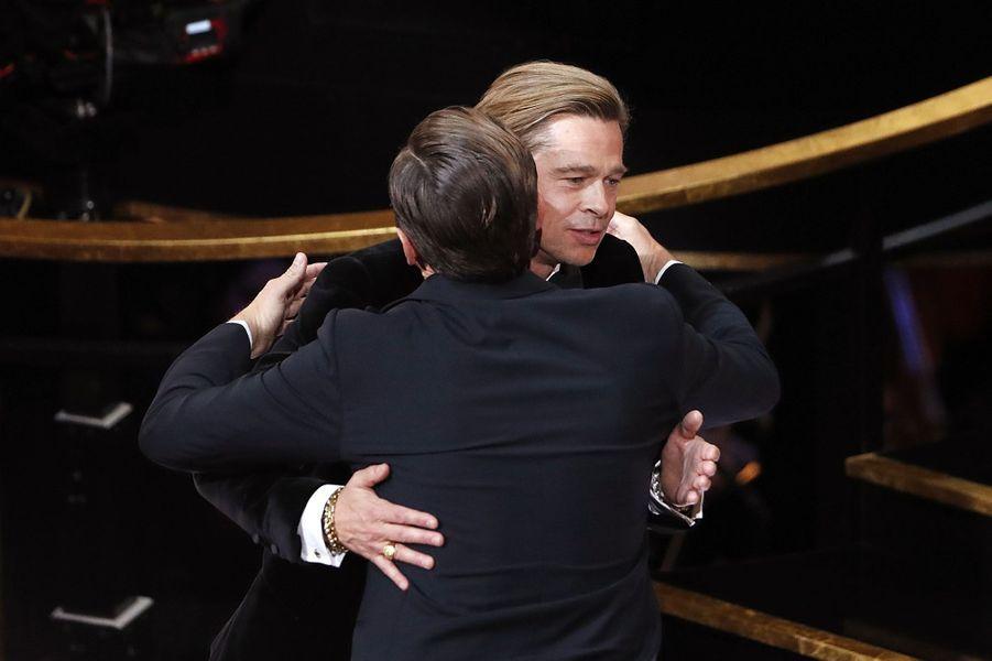 Brad Pitt dans les bras de Leonardo DiCaprio