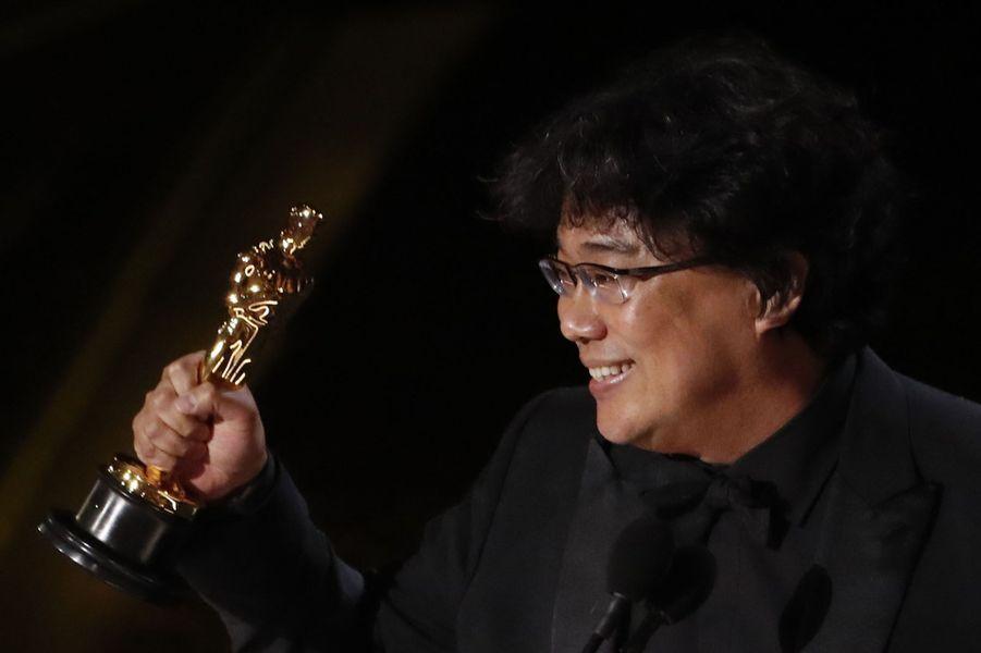 """Bong Joon-ho a été récompensé de trois Oscars - meilleur scénario original, meilleur réalisateur et meilleur film international - avant que """"Parasite"""" ne remporte l'Oscar du meilleur film."""