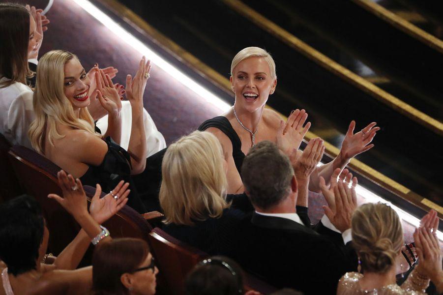 Charlize Theron aux anges après l'Oscar du meilleur maquillage pour «Scandale».