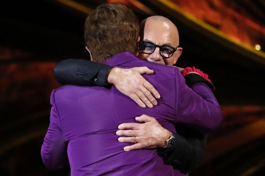 L'accolade entre Elton John et Bernie Topin
