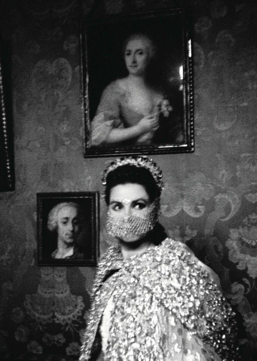 Brune et… masquée, Grace Kelly incognito dans son habit de princesse de Monaco, invitée à un bal costumé à Venise en 1967.