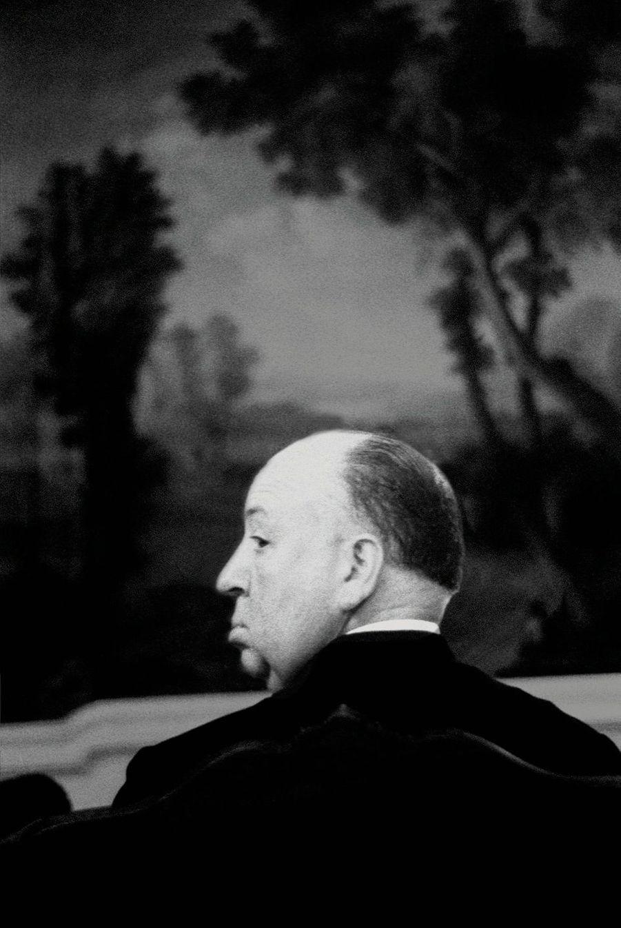 Hitchcock, en 1963, à Los Angeles. Ayant perdu son actrice fétiche, il vient de tourner « Lesoiseaux » avec Tippi Hedren.