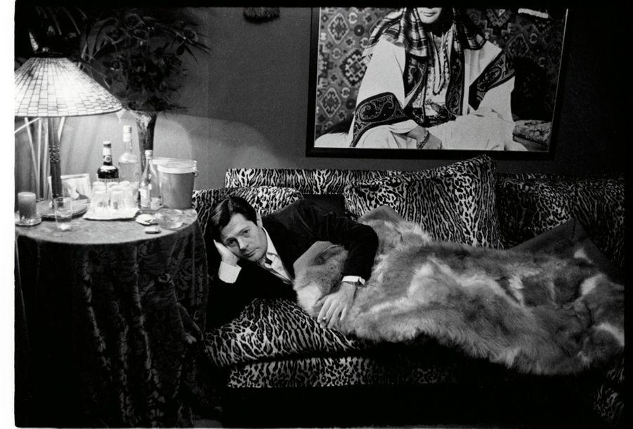 Canapé façon tigre, plaid en guanaco… Marcello Mastroianni en fauve assoupi, chez lui, à Rome, en 1966.