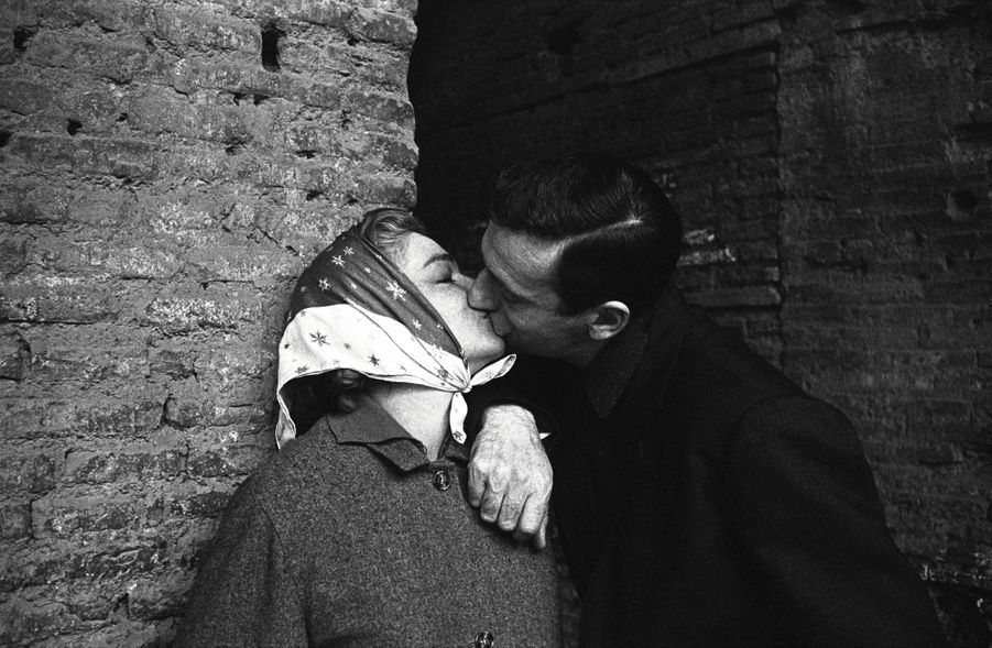 Simone Signoret et Yves Montand, à Rome, en 1956. Ilsse sont mariés cinq ans plus tôt.