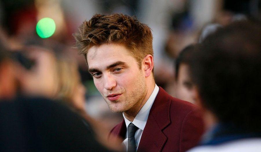 Robert Pattinson, qui campe le vampire torturé Edward Cullen, assailli par les photographes.