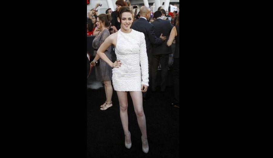 Très attendue, Kristen Stewart avait revêtu une robe asymétrique blanche ornée de strass.
