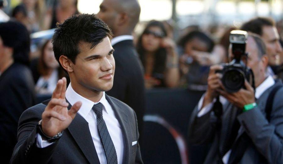 Dans le deuxième chapitre de la saga, Taylor Lautner alias Jacob Black, se transforme en loup-garou. Depuis, c'est le jeune acteur qui est traqué par les paparazzi.