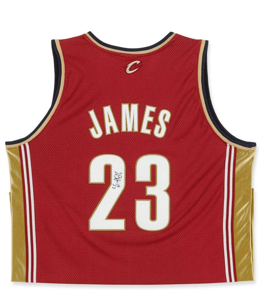 Le maillot de LeBron James dédicacé