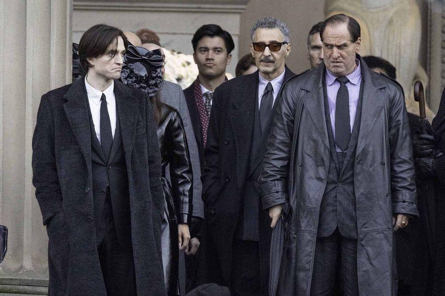 Robert Pattinson, John Turturro et Colin Farrell (méconnaissable en Pingouin, à droite).