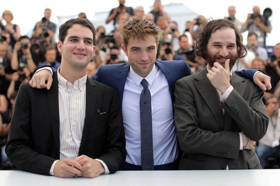 Les frères Josh et Benny Safdie entourent Robert Pattinson