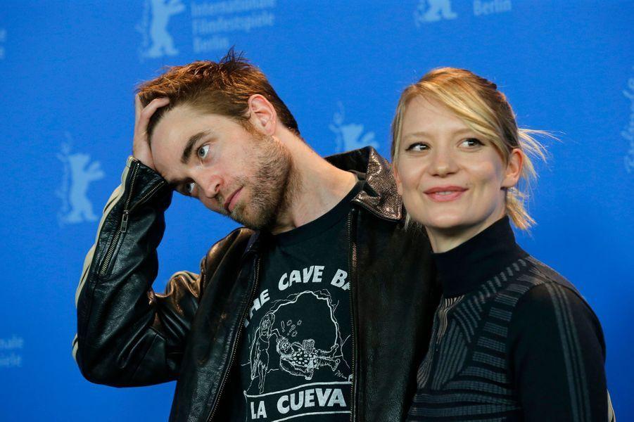 Robert Pattinson et Mia Wasikowska lors du Festival de Berlin 2018.