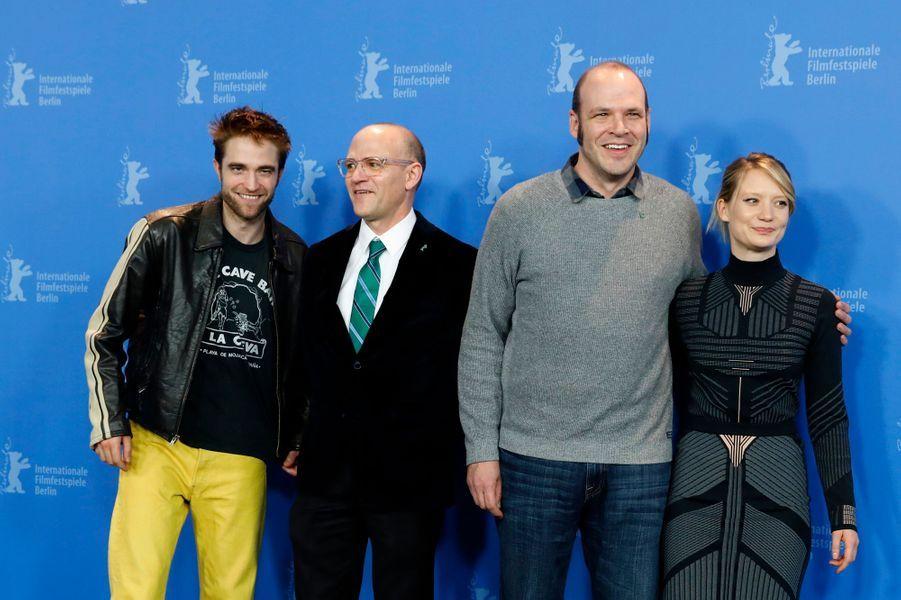 "L'équipe de ""Damsel"" :Robert Pattinson, les frères Zellner et Mia Wasikowska lors du Festival de Berlin 2018."