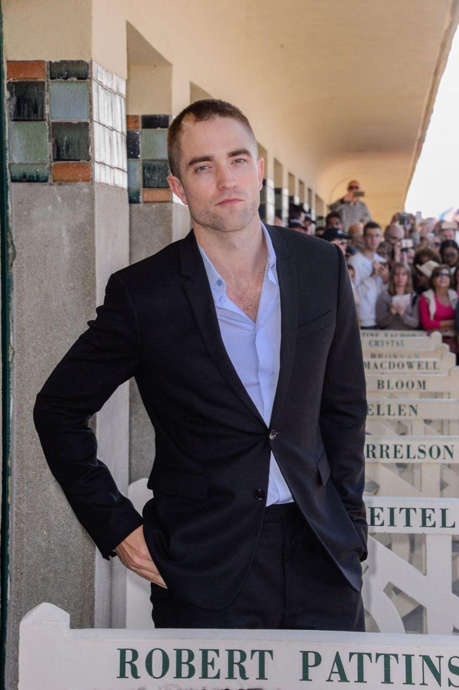 Robert Pattinson inaugure sa cabine sur les planches de Deauville.