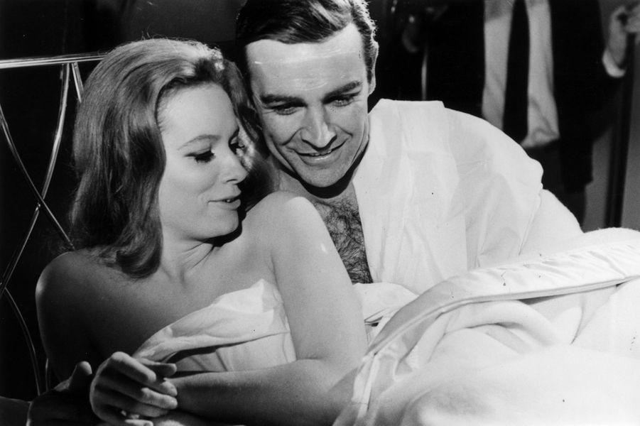 Sean Connery dans la peau de James Bond dans le film «Opération Tonnerre», sorti en 1965 (ici avec l'actrice Luciana Paluzzi)