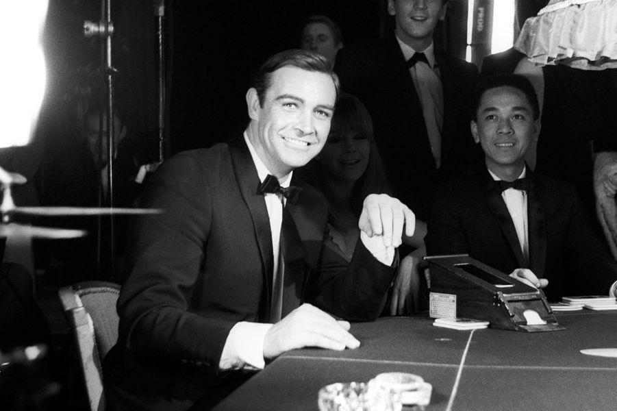 Sean Connery dans la peau de James Bond entre deux scènes sur le tournage de «Opération Tonnerre», sorti en 1965