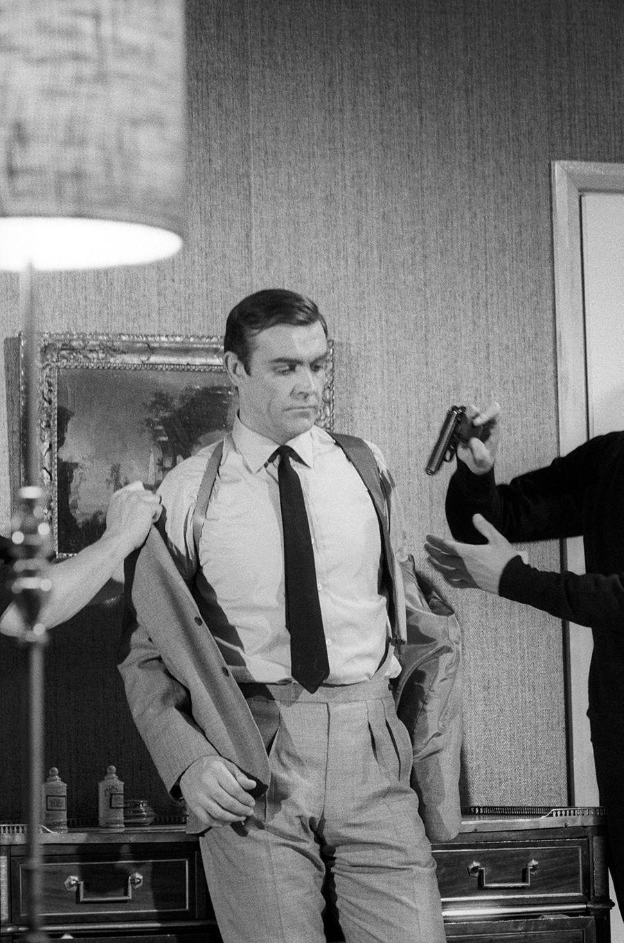 Sean Connery dans la peau de James Bond sur le tournage de «Opération Tonnerre», sorti en 1965