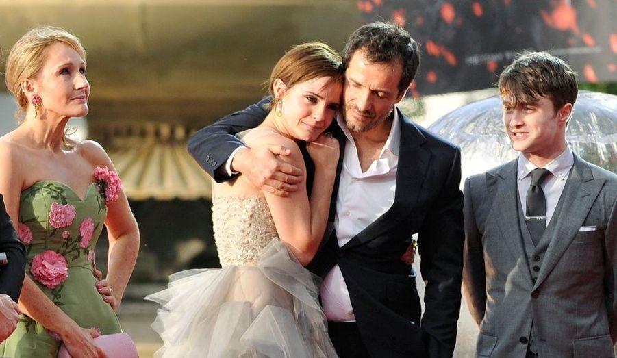 Le producteur de la saga, David Heyman, prend dans ses bras l'actrice Emma Watson, visiblement émue. Sont également présents sur la photo la romancière écossaise JK Rowling et le comédien britannique Daniel Radcliffe.