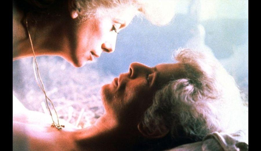 Catherine Deneuve, vampire née il y a 4000 ans, voit son mari David Bowie - à qui elle a offert l'immortalité 300 ans auparavant - s'éteindre à petit feu, alors qu'elle se lie à Susan Sarandon. Le premier film de Tony Scott fut un échec commercial et critique, avant que son étrangeté et sa dimension homosexuelle en fasse une œuvre culte.