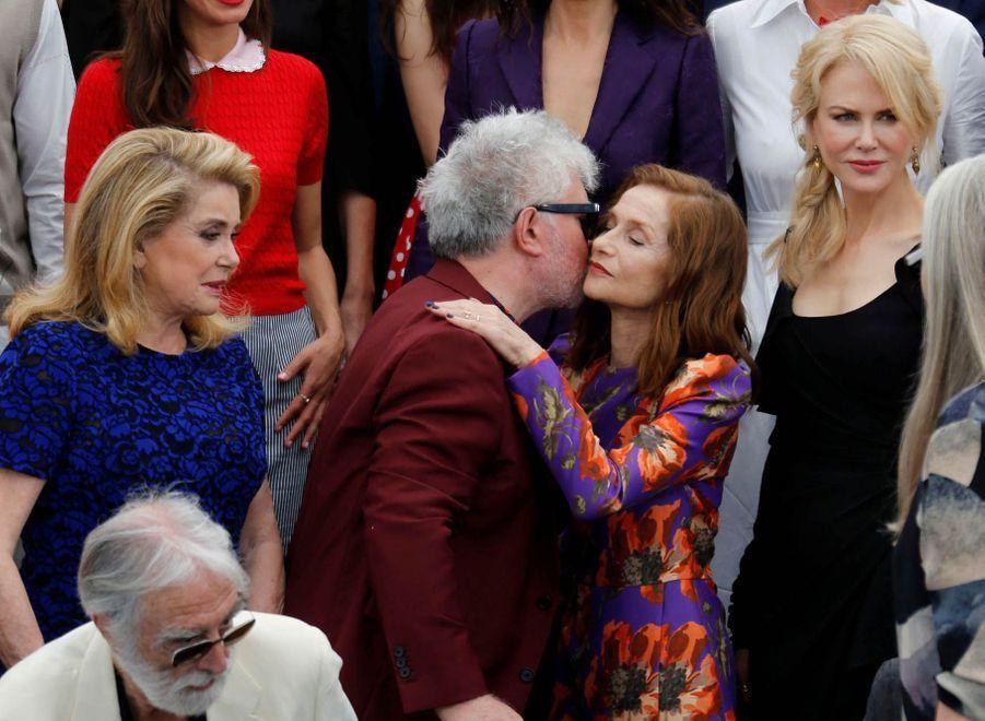 Isabelle Huppert embrasse Pedro Almodovar