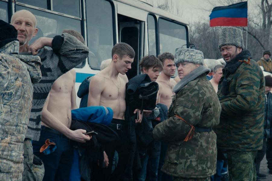 «Donbass» de Sergeï Loznitsa Le synopsis :Dans le Donbass, région de l'est de l'Ukraine, une guerre hybride mêle conflit armé ouvert, crimes et saccages perpétrés par des gangs séparatistes. Dans le Donbass, la guerre s'appelle la paix, la propagande est érigée en vérité et la haine prétend être l'amour. Un périple à travers le Donbass, c'est un enchainement d'aventures folles, dans lesquelles le grotesque et le tragique se mêlent comme la vie et la mort.Ce n'est pas un conte sur une région, un pays ou un système politique mais sur un monde perdu dans l'après-vérité et les fausses identités. Cela concerne chacun d'entre nous.