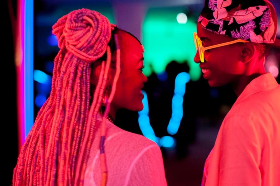 «Rafiki» de Wanuri KahiuLe synopsis :À Nairobi, Kena et Ziki mènent deux vies de jeunes lycéennes bien différentes, mais cherchent chacune à leur façon à poursuivre leurs rêves. Leurs chemins se croisent en pleine campagne électorale au cours de laquelle s'affrontent leurs pères respectifs. Attirées l'une vers l'autre dans une société kenyane conservatrice, les deux jeunes femmes vont être contraintes de choisir entre amour et sécurité...