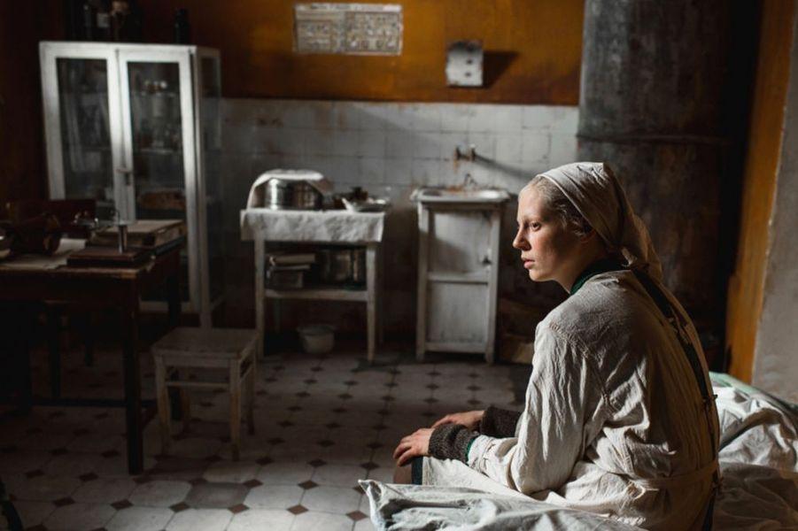«Beanpole» de Kantemir BalagovLe synopsis :1945. La deuxième guerre mondiale a ravagé Léningrad et détruit ses habitants, physiquement et moralement. Bien que le siège (le plus long de l'Histoire) soit terminé, la mort hante toujours la ville. Au sein de ces ruines, deux jeunes femmes, Iya et Masha, tentent de se reconstruire et de donner un sens à leur vie.