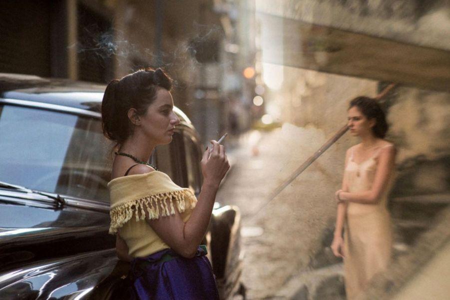«Invisible Life» de Karim AïnouzLe synopsis :Rio de Janeiro, 1950. Euridice, 18 ans, et Guida, 20 ans, sont deux sœurs inséparables. Elles vivent chez leurs parents et rêvent, l'une d'une carrière de pianiste, l'autre du grand amour. A cause de leur père, les deux sœurs vont devoir construire leurs vies l'une sans l'autre. Séparées, elles prendront en main leur destin, sans jamais renoncer à se retrouver. Un mélodrame tropical, par le réalisateur de « Madame Satã ».