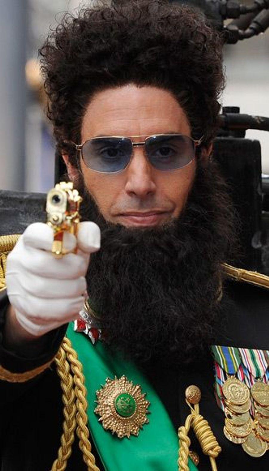 """L'acteur de """"Borat"""" a bien sûr joué la carte de la provocation sur le tapis rouge pointant un flingue sur les journalistes."""