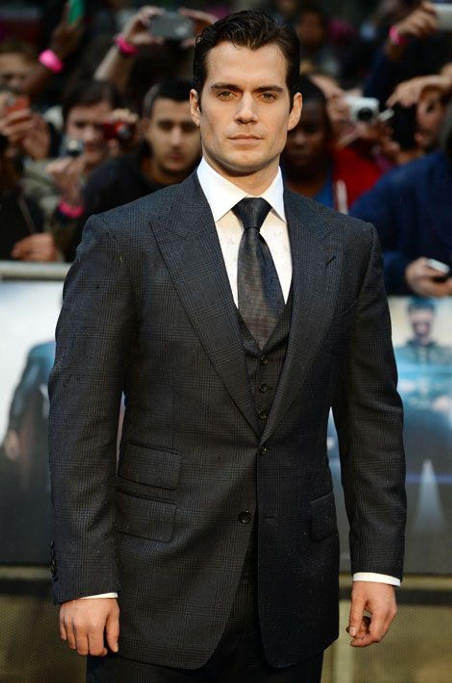 Il a la classe, le physique de l'emploi et l'adoration de la gent féminine. L'ex-malchanceux devenu superstar grâce à son rôle dans «Man of steel» a tout pour devenir le prochain 007. L'acteur britannique avait déjà postulé en 2005 pour devenir James Bond mais il fut battu par Daniel Craig, les producteurs l'ayant trouvé trop jeune pour le rôle. A 32 ans, Henry Cavill tient peut-être sa revanche.