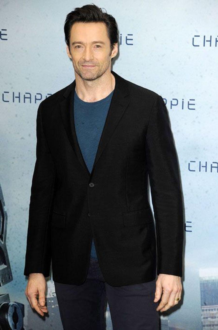 """Le prochain James Bond sera-t-il australien ? Après avoir annoncé qu'il ne porterait plus le costume de Wolverine, Hugh Jackman pourrait interpréter le héros anglais. Il y a deux ans, il avait confié au «Sun» qu'il avait refusé de jouer James Bond après le départ de Pierce Brosnan mais a avoué se sentir près maintenant : «Je vais juste attendre. Le bon côté des choses c'est que Daniel a quoi 62 ans déjà non ? Il décatie. Alors je n'arrête pas de lui dire """"je suis prêt, dès que tu veux arrêter, je suis là""""»."""