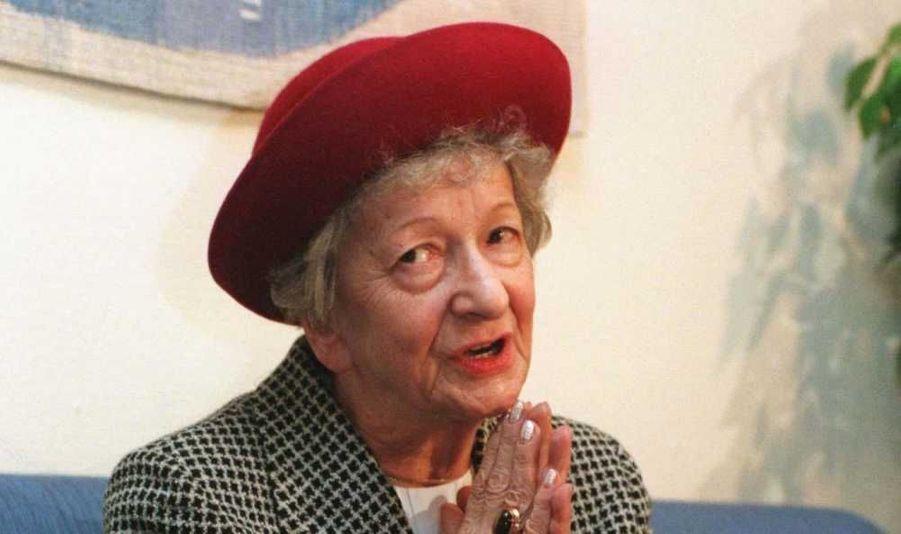 """La poétesse polonaise Wislawa Szymborska, prix Nobel de littérature en 1996, est morte mercredi des suites d'un cancer de la gorge à l'âge de 88 ans. Surnommée """"le Mozart de la poésie"""", elle s'est éteinte dans son sommeil, a précisé à l'agence de presse polonaise PAP son assistant, Michal Rusinek. Wislawa Szymborska, peu encline aux honneurs, avait accédé à la célébrité en devenant en 1996 prix Nobel de littérature, une récompense que trois Polonais seulement avait obtenue avant elle. Feu Vaclav Havel, dramaturge et dissident tchèque devenu président après la révolution de velours, parlait d'elle comme d'une """"femme plaisante, sympathique et modeste""""."""