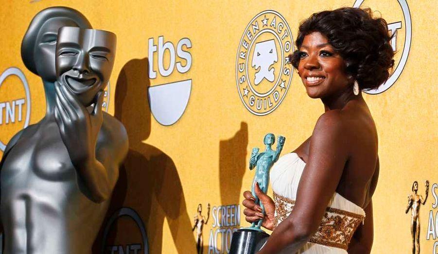 """""""La Couleur des sentiments"""" a été le grand gagnant de la 18e édition des Screen Actors Guild Awards, remportant le prix du Meilleur ensemble d'acteurs aux dépens de """"The Artist"""", qui partait grand favori, mais aussi celui de Meilleure actrice pour Viola Davis. Jean Dujardin a toutefois remporté le prix du Meilleur acteur."""