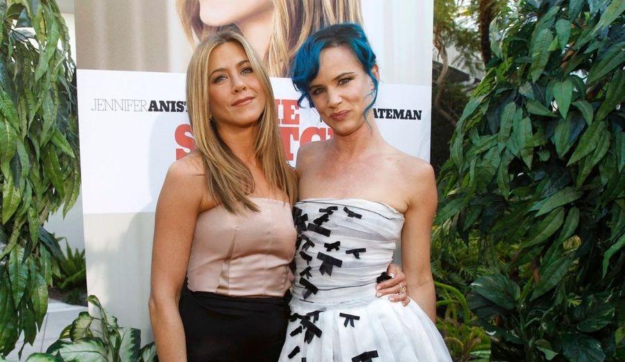 """Jennifer Aniston pose avec Juliette Lewis, sa partenaire dans """"Une famille très moderne"""" (The Switch), à l'avant-première hollywoodienne, hier."""