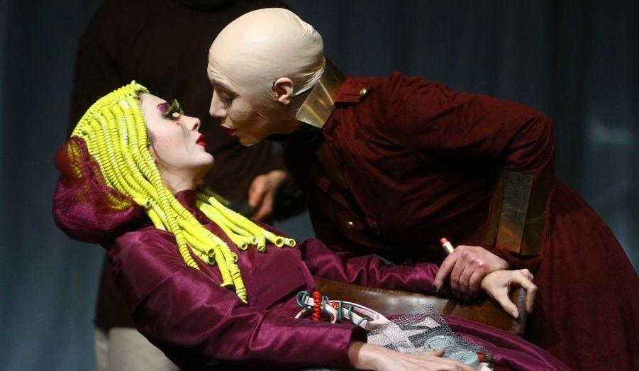 """La pièce """"Hedda Gabler"""" du dramaturge norvégien Henrik Ibsen, qui était jouée au Théâtre de la Ville depuis le 5 janvier, a été suspendue par les autorités iraniennes. En cause, la sensualité de certaines scènes."""