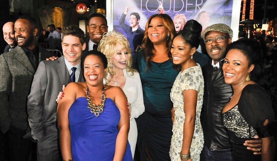 """Queen Latifah, Dolly Parton et leurs amis posent pour l'avant-première à Los Angeles de """"Joyful Noise"""", une comédie musicale."""